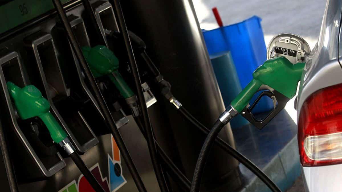 ¿La baja del dólar parará el alza de las bencinas?
